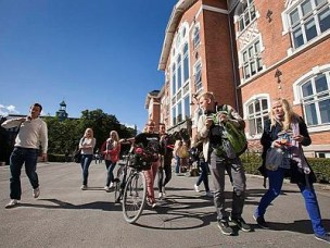 NMBU students passing the Clock Building, Campus Ås
