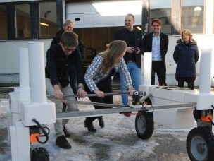 The Minister of Agriculture and Food learns about the Thorvald Platform