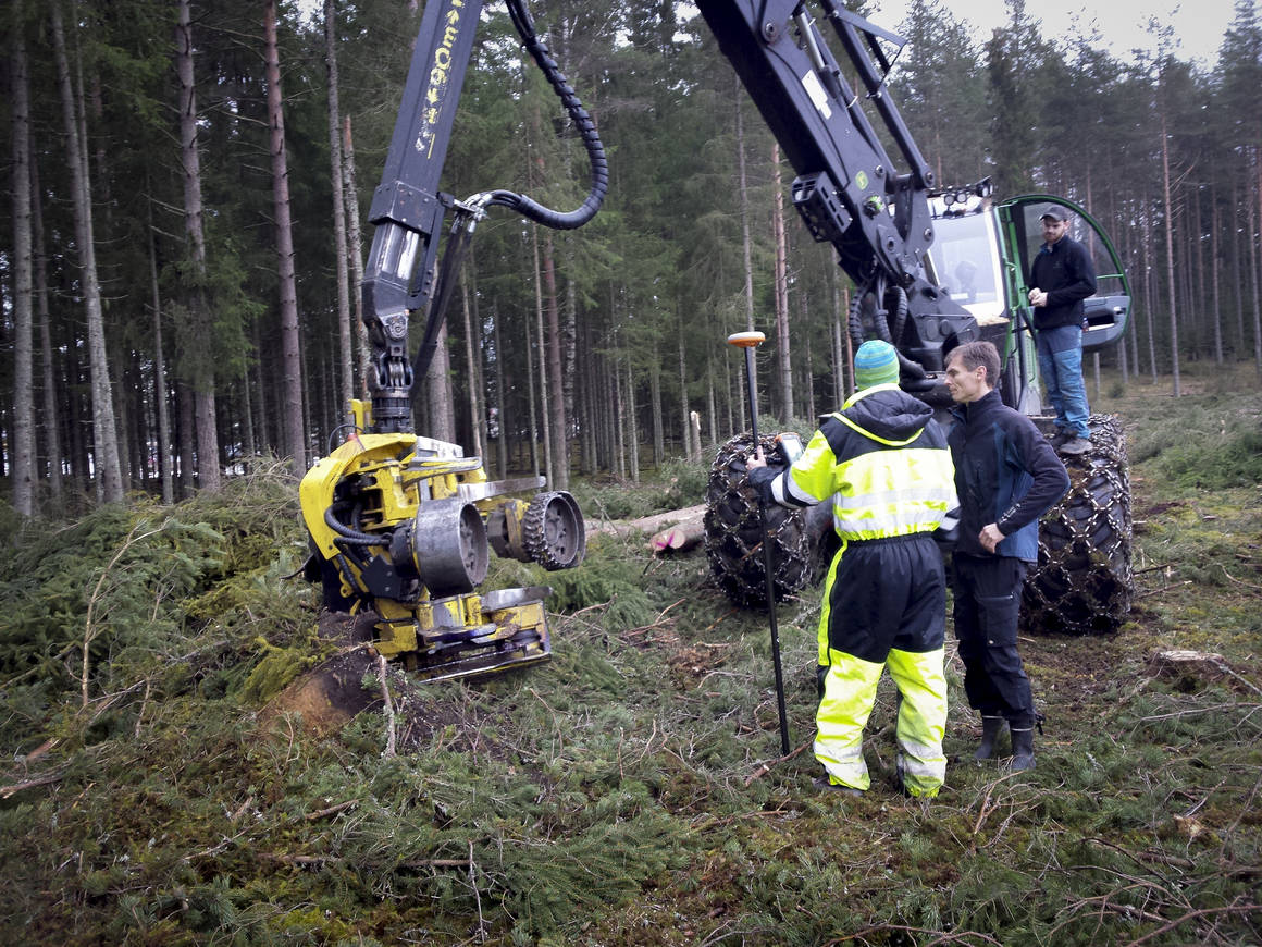 Determining the position of the tree being logged is a significant challenge in the project. The harvester (yellow) extends up to nine metres in between the trees, all the while being exposed to extreme physical stresses. The GPS receiver must therefore be placed on the actual machine and a complex system of sensors makes it possible to determine the precise location of the harvester head.