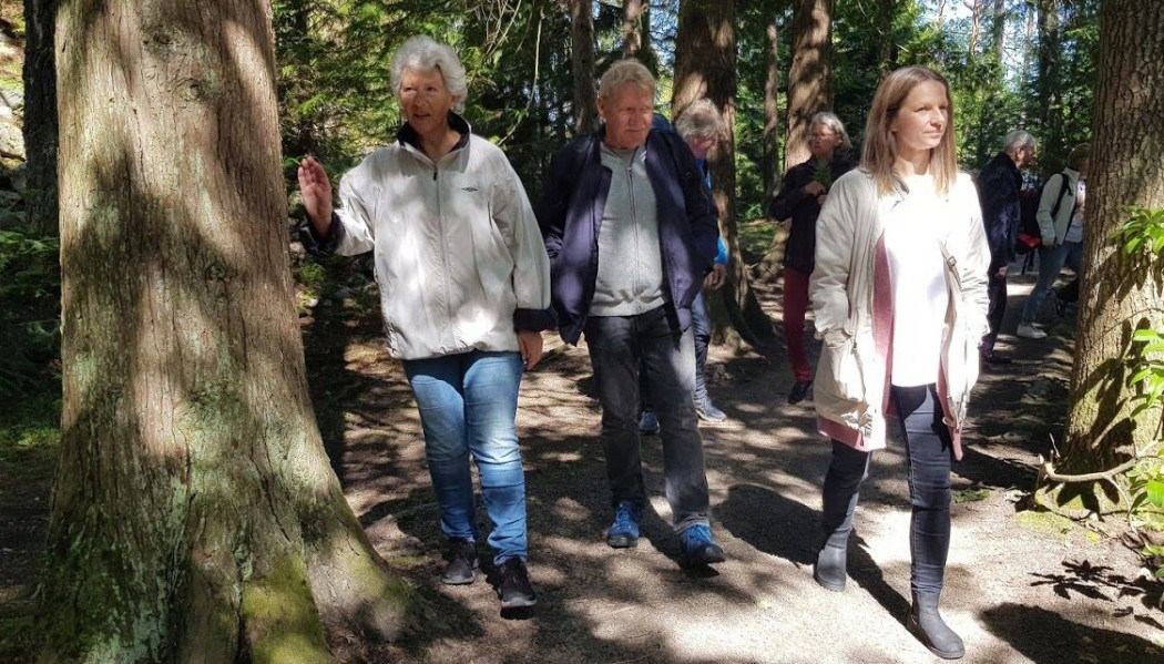 Lina Ellingsen-Dalskau (on the right) is one of the researchers who have observed activities on farms that offer dementia care. Here she is on a walk with clients at Stene Farm.
