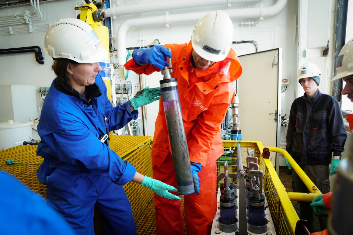 Researchers Louise Kien Jensen (DSA) and Hans-Christian Teien (NMBU/CERAD) are lifting the samples out
