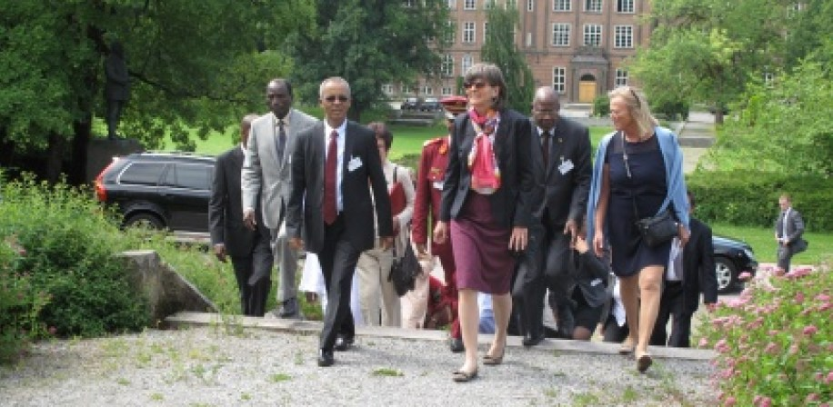 Prime Minister of the Republic of Niger, H.E. Brigi Rafini (left) and Professor Ruth Haug (right) on approach to the Cirkus Building, NMBU.