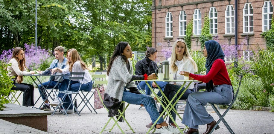 Studenter foran tårnbygningen, august 2020